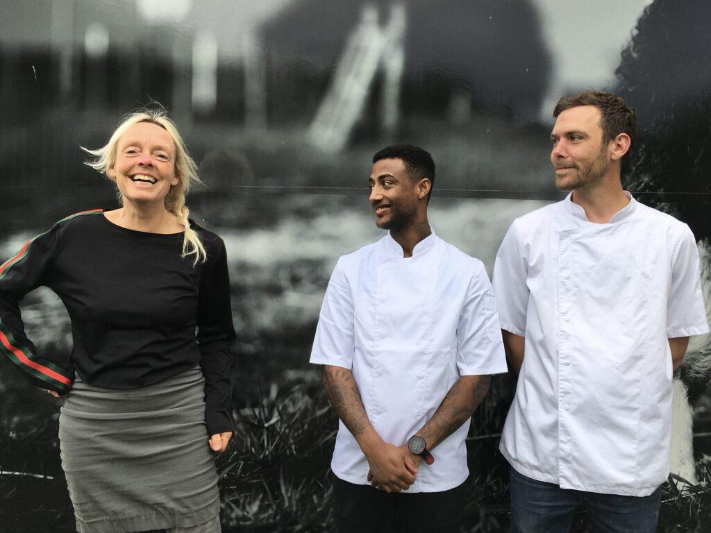 Cafémutter Gitte og kokkene Zelalem og Niels